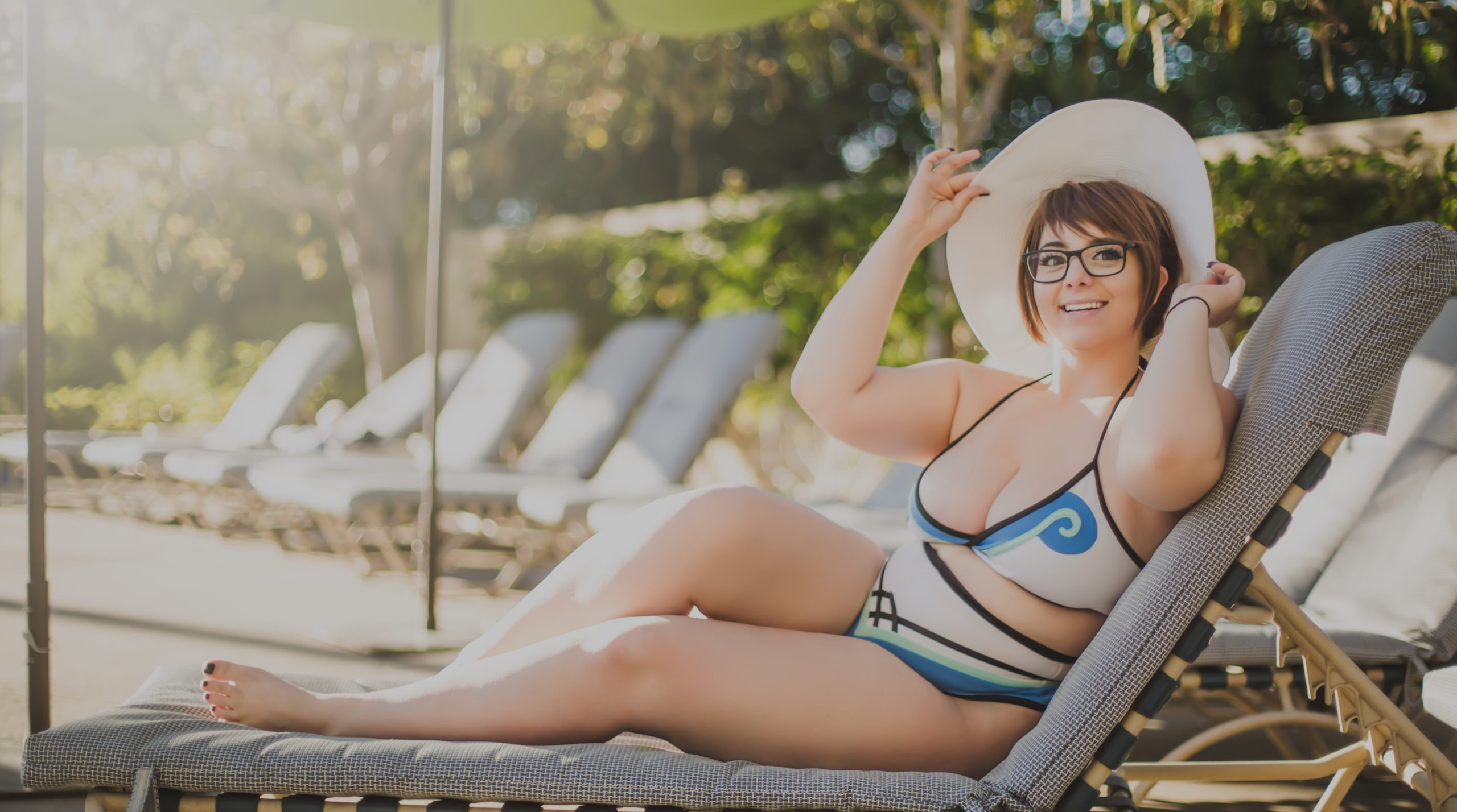 Momokun as swimsuit mei chilling by a pool.